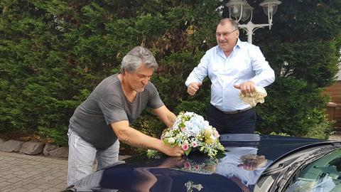 Brautvater Frank schmückt Hochzeitskutsche.
