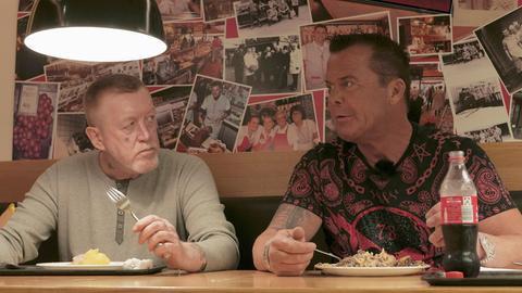 Der ehemalige Obdachlose Thomas Adam (links) und Prinz Marcus von Anhalt beim gemeinsamen Mittagstisch in einer Frankfurter Metzgerei.