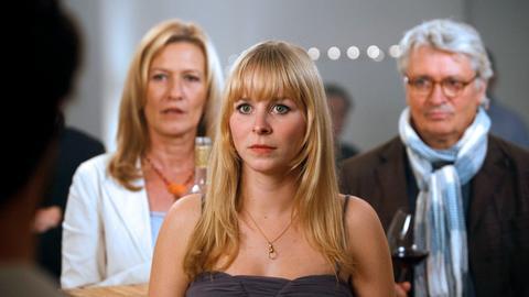Hrvoje (Ludwig Trepte, links) macht seiner Freundin Lisa (Jasmin Schwiers, 2.v. rechts) einen Heiratsantrag. Davon sind auch ihre Eltern Gerd (Henry Hübchen) und Theresa (Suzanne von Borsody) einigermaßen überrascht.