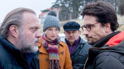 Thies (Jan-Gregor Kemp, li.) traut Jens Jeschen (Oliver Mommsen, re.) nicht! Katharina (Tanja Wedhorn) und Malte (Frank Auerbach) beobachten die angespannte Situation.
