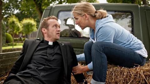 Katharina (Tanja Wedhorn) sorgt sich um das Seelenheil des neuen Inselpfarrers Alexander Larsen (Stephan Kampwirth).