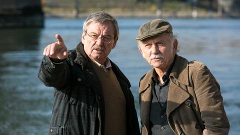 Günter (Wolfgang Winkler, l.) und Edwin (Tilo Prückner, r.) sind zum Fundort einer Leiche ans Rheinufer gerufen worden.