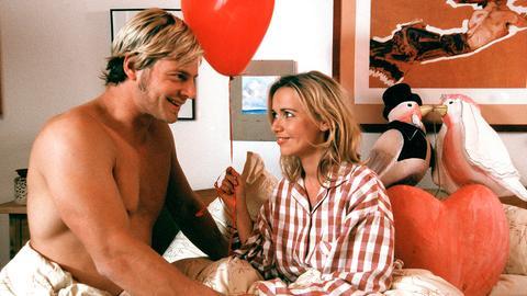 Radio Kaisertal vor Ort: Moderator Mike (Michael Lott, 2. v. re.) interviewt Hans (Henning Baum, li.) und Vera (Tina Ruland, 2. v. li.); Veras Mutter Margot (Michaela May) ist begeistert.