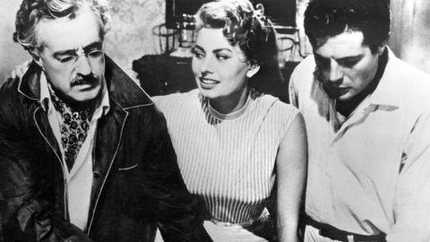 Paolo (Marcello Mastroianni, re.) hat sich in die bildhübsche Lina (Sophia Loren) verliebt. Noch ahnt er nicht, dass er durch die Bekanntschaft in ein wahres Diebesnest geraten ist.