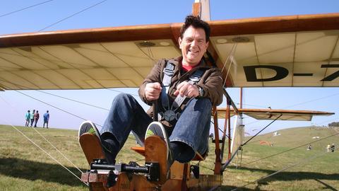 Moderator Kurt Lotz in einem Segelflugzeug auf der Wasserkuppe.