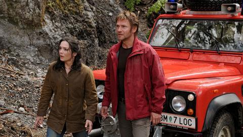 Anton (Thure Riefenstein) und Lena (Julia Stemberger) suchen die kleine Theres, die sich im Wald verirrt hat.