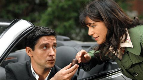 Christian (Oliver Bootz) versorgt seine schwangere Freundin Lilly (Christine Neubauer) mit den von ihr heiss geliebten Schaumküssen.