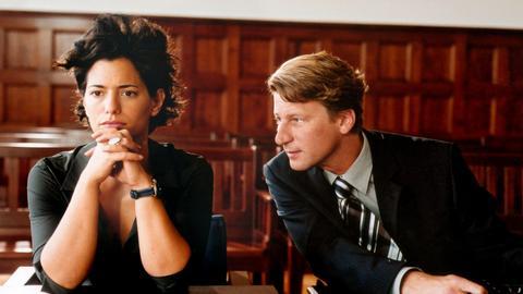 Katrin (Sandra Speichert) und Marc (Michael von Au) wollen sich scheiden lassen. Aber das klappt nicht so ganz.