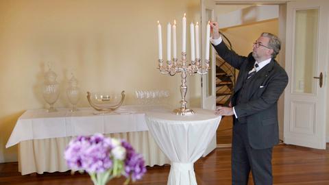 Schlossherr Armin Hoeck pflegt die Liebe zum feinen und ausgesuchten Interieur. Solch ein Silberleuchter hat den Wert eines nagelneuen und flotten Kleinwagens.