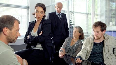 Von links: N.N., Angelika Schnell (Ursula Strauss), Dr. Sigismund Weber (Heinz Trixner), Rita Friedhelm (Libgart Schwarz) und Benni Friedhelm (Johannes Zirner).