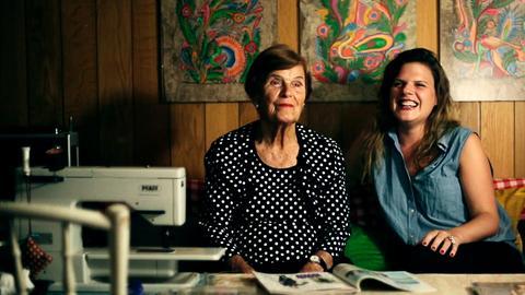 Fanny und Enkelin Alex haben Spaß bei der Kleideranprobe.