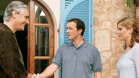 Der Bauunternehmer Uli Fischer (Michael Roll, Mitte) will zusammen mit seiner Assistentin und Freundin Jana (Ursula Buschhorn) den Grundstücksbesitzer Alejandro Perez (Sky Du Mont) dazu bringen, einen herrlichen Landstrich auf Mallorca zu verkaufen.