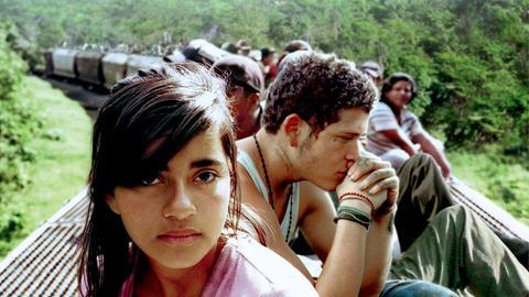 Sayra (Paulina Gaitán) und Willy (Edgar Flores) wollen auf dem Dach eines Zuges von Mexiko in die USA flüchten.