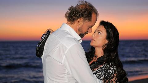 An einem romantischen Abend am Meer kommen Jan (Jochen Horst) und Anna (Christine Neubauer) sich näher.