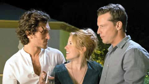 Eine Frau zwischen zwei Männern: Jackie (Paula Kalenberg), Martin (Florian Panzer, re.) und Serge (Vladimir Korneev).