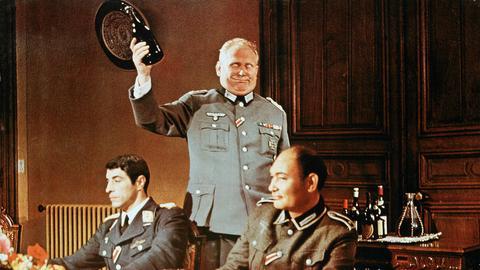 Oberst Steinhäger (Gert Fröbe, Mitte) arbeitet in der erfolgreichsten Spionagegruppe der deutschen Wehrmacht und ist einem guten Tropfen nicht abgeneigt.