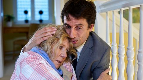Markus (Oliver Mommsen) versucht, seine völlig verängstigte Mutter Charlotte (Christiane Hörbiger) zu beruhigen.