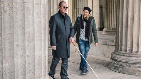 Die Blindenlehrerin Sissi (Alwara Höfels) soll sich um den erblindeten Stahlfabrikant Theo Olssen (Peter Haber) kümmern