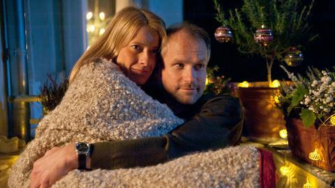 Plötzlich steht Johann (Thomas Limpinsel) bei Rebecca (Caroline Peters) auf der Matte. Lange glücklich war seine Ehe nicht. Aus Rebecca und Johann wird ein Paar.