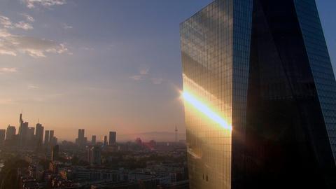 Der Hochhausturm der neuen Europäischen Zentralbank; im Hintergrund die Frankfurter Skyline.