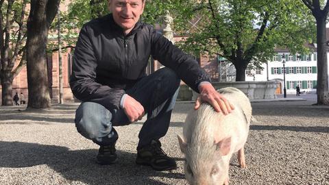 """Michael Kessler mit Eber """"Eberhard"""" in Basel."""