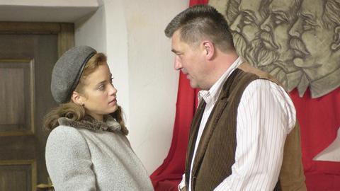 Als sie aus ihrem Anwesen vertrieben werden soll, findet Barbara (Muriel Baumeister) bei Bürgermeister Wendelin (Bruno F. Apitz) Hilfe.