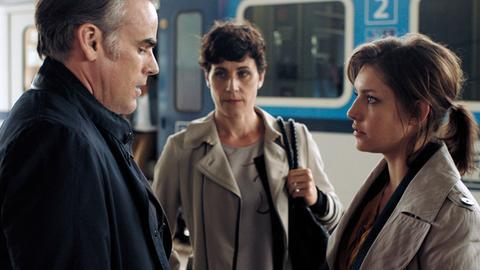 Leo Essmann (Sebastian Blomberg) und seine Frau Steffi (Nina Kunzendorf, Mitte) bringen ihre Tochter Manu (Johanna Ingelfinger) zum Zug.