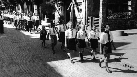 Von 1946 bis 1948 lebten rund 450 jüdische Kinder - die meisten von ihnen Waisen aus Polen und Russland - in Lindenfels im Odenwald. Hier warteten sie auf die - damals illegale - Auswanderung nach Palästina. Als Mitglieder der zionistischen Jugendbewegung Shomer Ha'Zair marschierten sie an Festtagen uniformiert durch Lindenfels.