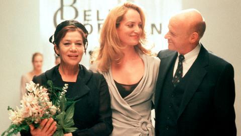 Der Tuchhändler Carl Trakenberg (Dietrich Hollinderbäumer) und die Modedesignerin Puppe Mandel (Hannelore Elsner, li.) gratulieren Isabelle (Natalia Wörner) zu ihrem ersten großen Erfolg.