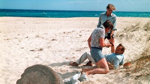 Bei seinen Nachforschungen in Tunesien gerät Frank Kross (Siegfried Wischnewski, liegend) in Schwierigkeiten.