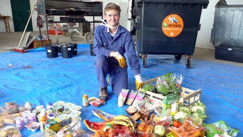 Felicitas Schneider vom Wiener Institut für Bodenkultur. Die Forscherin durchsucht Mülltonnen von Haushalten und Supermärkten. Ergebnis: Ein Durchschnittshaushalt wirft 50 Kilogramm essbare Lebensmittel im Jahr weg. Ein Durchschnitts-Supermarkt 50 Kilo täglich, originalverpackt und in aller Regel vor Ablauf der Mindesthaltbarkeit.
