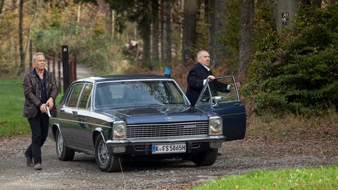 Geheimer Treffpunkt: Als Max Ballauf (Klaus J. Behrendt, l.) und Freddy Schenk (Dietmar Bär, r.) die Waldhütte erreichen, sind sie nicht die ersten, die dort ankommen.