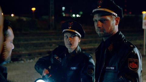 Die Polizisten Anne Peters und David Förster geraten nach einem Notruf in große Gefahr. (v.l.: Polizistin Anne Peters (Anna-Lena Doll), Polizist David Förster (Christoph Letkowski)).
