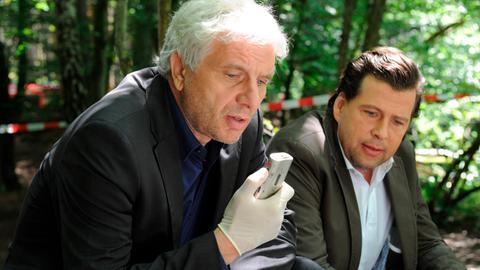 Von links: Kriminalhauptkommissar Franz Leitmayr (Udo Wachtveitl) mit Kollege Lochbigl (Hans Jochen Wagner) am Tatort.