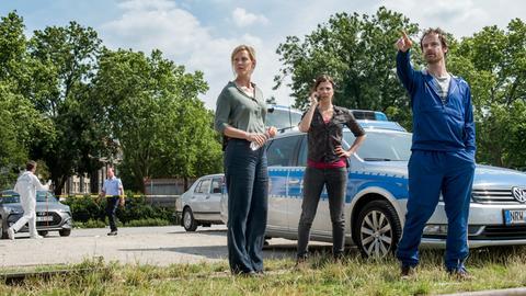 Von wo könnten Zeugen den Mord im Hafen beobachtet haben? Die Kommissare Peter Faber (Jörg Hartmann, r), Nora Dalay (Aylin Tezel, M) und Martina Bönisch (Anna Schudt, 3.v.r) ermitteln.