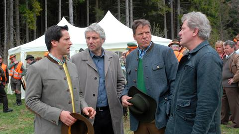 Die Kommissare Leitmayr (Udo Wachtveitl, 2. von links) und Batic (Miroslav Nemec, rechts) befragen Puch (Josef Baum, 2. von rechts) und Dr. Streif (Christof Arnold).
