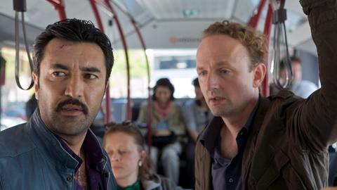 v.l.: Cenk Batu (Mehmet Kurtulus) und Uwe Kohnau (Peter Jordan) im Bus.