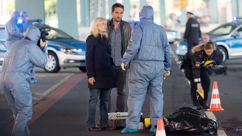 Spuren am Tatort deuten darauf hin, dass das Opfer gezielt mit einem Auto überfahren worden ist. (Hauptkommissarin Inga Lürsen (Sabine Postel), Hauptkommissar Stedefreund (Oliver Mommsen), Rechtsmediziner Dr. Katzmann (Matthias Brenner).