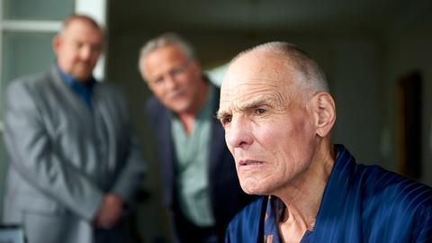 Jakob Broich ist ein kranker Mann. Er weiß, dass er nicht mehr lange zu leben hat. Die Nachricht vom Mord an seinem Sohn lässt Jakob Broich (Hans Peter Hallwachs) kalt: Als sein Nachfolger war Ingo in seinen Augen ein Totalausfall.