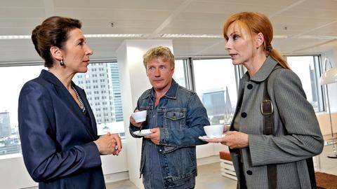 Die Kommissare Charlotte Sänger (Andrea Sawatzki, rechts) und Fritz Dellwo (Jörg Schüttauf) befragen Freya Staupen (Adele Neuhauser) zum Tode ihres Bruders.