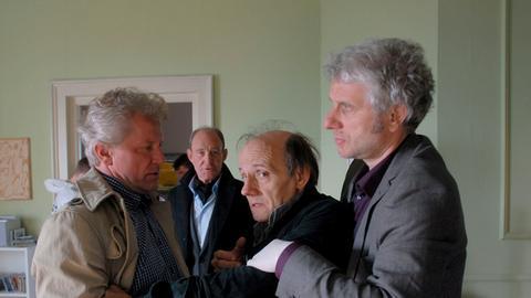 obst Oetzmann, am Montag (11.10.21) um 21:45 Uhr. Kriminalhauptkommissar Franz Leitmayr (Udo Wachtveitl, rechts) will den Vater der Toten (Nikolaus Paryla, 2. von rechts) beruhigen.