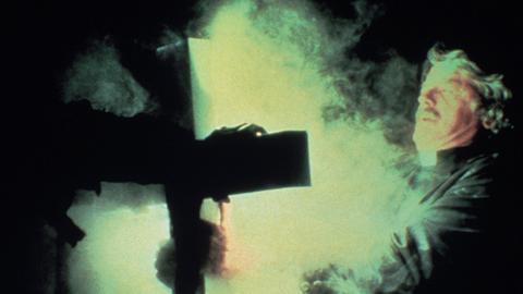 Der Priester Malone (Hal Holbrook) versucht, die Untoten mit einem goldenen Kreuz zu bannen.