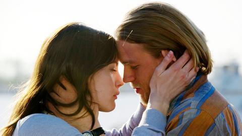 Hotelmanager Gavin (Charlie Hunnam) und seine Mitarbeiterin Shauna (Liv Tyler) fangen eine Affäre an.