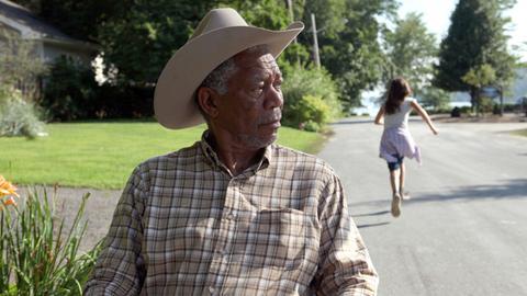 Monte (Morgan Freeman) blüht wieder auf, seitdem er die allein erziehende Charlotte und ihre Töchter, Willow, Finnegan (Emma Fuhrmann) und Flora kennen gelernt hat.
