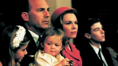 Kenneth O'Donnell (Kevin Costner, 2. v. li.) und Gattin Helen (Lucinda Jenney, 2. v. re.) machen sich Sorgen um die Zukunft ihrer Kinder.