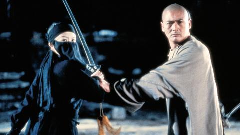 Während eines Kampfes mit der mysteriösen Diebin Jen (Zhang Ziyi) erlebt Li Mu Bai (Chow Yun-Fat) eine Überraschung