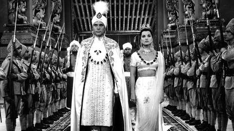 Der Maharadscha Chandra (Walter Reyer) will die Tänzerin Seetha (Debra Paget) zur Frau nehmen.
