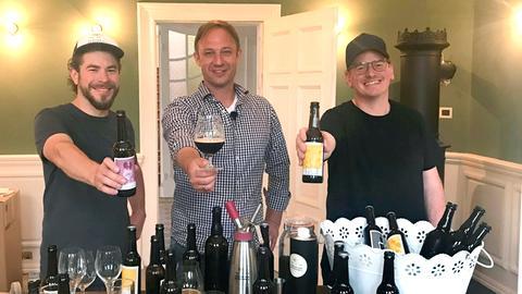Tobi Kämmerer (Mitte) mit Nico Döring (links) und Andreas Otterbein vom Atelier der Braukünste in der Villa Raab in Alsfeld.