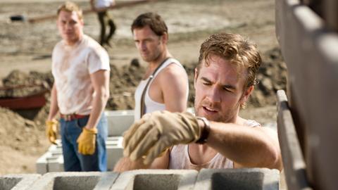 Noch ahnt Matthew (Josh Lucas, Mitte) nicht, was sein Kollege Roggiani (James Van Der Beek, vorne) im Schilde führt.