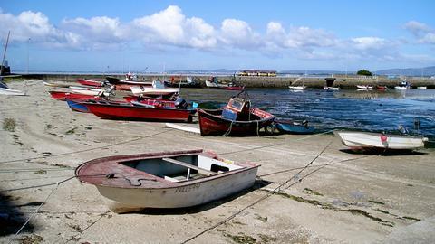 Fischerboote am Strand der spanischen Gemeinde Cambados in Galicien.